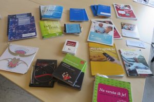 Uit onderzoek blijkt dat de combinatie van formele les door een professionele taaldocent en non-formele ondersteuning door een vrijwilliger leidt tot het vergroten van effectiviteit van taallessen en meer participatie in de samenleving van cursisten.